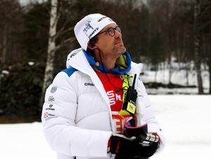 Tomas Mårtensson blickar upp mot himlen och ser var snön kan vara någonstans. Landslagsmeteorologen spår snö om några timmar.