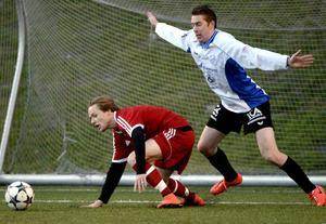 Robin Nordin (rött) sekunder innan han rullade in 1–0-målet för Alnö mot Ytterhogdal.