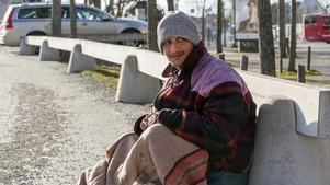 Sorin tigger i Norrtälje för att få ihop till bussbiljetten hem till sin familj i Rumänien.