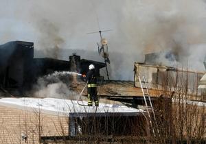 Tre brandkårer kämpade mot elden, som förstörde församlingshemmet.
