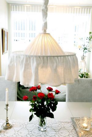 Mauds Carl Larsson-lampa i vitt.