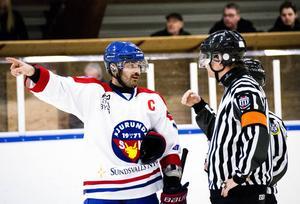 Pascal Åberg, Njurunda SK:s lagkapten, hade mycket åsikter om matchklockan som strulade i slutet av matchen.