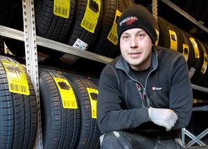 Kim Vattsjö påminner om hur viktigt det är att efterdra hjulbultarna efter att man har kört cirka tio mil efter däckbytet.
