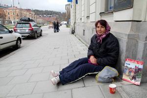 Ramona-Alina Simion från Rumänien tigger på trottoaren utanför Mäklarhuset på Esplanaden. Nu ska hon få flytta in och jobba på mäklarens kontor.