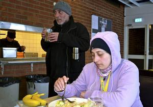 Raghad Badla och Kousai Karmash i matsalen.