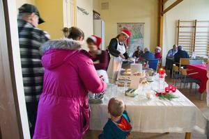Gröt, skinksmörgås, lussekatter och pepparkakor hör förstås julmarknaden till.