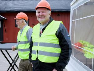 Karl-Erik Svedbäck och Per-Erik Bergström på väg ner till kraftverkets inre.