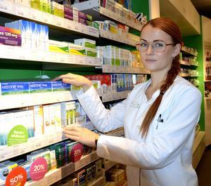 – Det är jättebra att hålla koll på pollenprognoserna på nätet, säger Frida Mendén, apotekstekniker på Apoteket Hjärtat i Sundsvall.