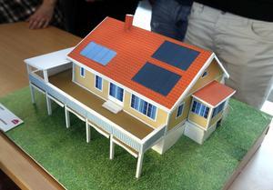 fritidshus. Linnea Johansson, Sandra Lindroth, Kalle Mohlén, Pekka Känsälä och Linus Nordstedt har gjort en modell av ett större fritidshus med smarta energilösningar.