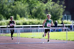 Erik Hennings, Trångsviken, vann 200 meter häck i P13 på tiden 35.32, drygt 50 hundradelar före Emil Johansson (Hammerdal).