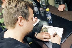 BÖCKERNA GICK ÅT. Filip Hammar skriver ännu en signatur och det blev många innan han gav upp på lördagseftermiddagen.