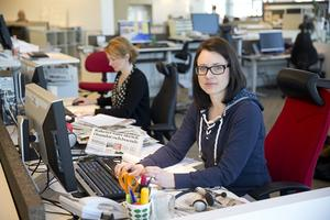Desken mitt i smeten. Nyhetscheferna Alisa Bosnic och Karin Thornberg har ögonkontakt med många av medarbetarna i det öppna redaktionslandskapet.