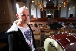 Nicklas Strandberg är laddad inför söndagens konsert, där man lånat in flera ramper för att alla körsångare ska få plats.