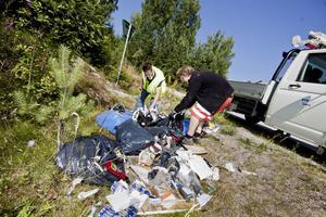 Städning. Nedskräpningen ökar, konstaterar skribenten. Bilden: skräpröjning vid vägen mellan Fagerta och Köping. Foto: Daniel Gustafsson/arkiv