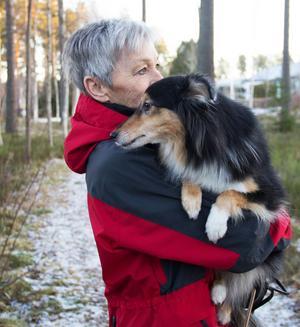 Birgith Laurell och Shetland sheepdog-tiken Nadja.