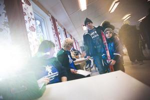 Birgitta Wennersten och Catrin Rolfhamre från Friluftsfrämjandet ansvarade för pengarna när Lars Jonsson köpte skidor åt sonen Johannes Jonsson.