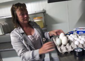 Börjar med äggen. Jenny Lundgrens nästa stora satsning blir ett äggkläcker för kycklingar. Foto: Tony Persson