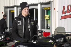 Leif Berglund startade Luva motor och fritid i ett garage i Hertsjö. Under lördagen kunde han njuta av att flera busslaser med människor kom till butiken.