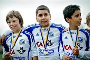Ibrahim Kamil, i mitten på bilden, drabbades av en propp i hjärnan för bara nio månader sedan. Nu är han tillbaka, som en vinnare.