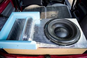 För att bygga upp ett maximalt ljudtryck måste lådan för basen vara effektiv.