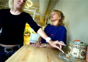 Kundkretsen har minskat efter rökförbud trots att ett rökrum installerats konstaterar Anna Jonsson och Anneli Löfdahl, anställda på bingohallen.