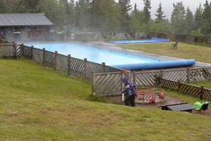 På Idre Fjäll är utebadet ångande varmt, men badgästerna väljer istället att bada i inomhusbadet.