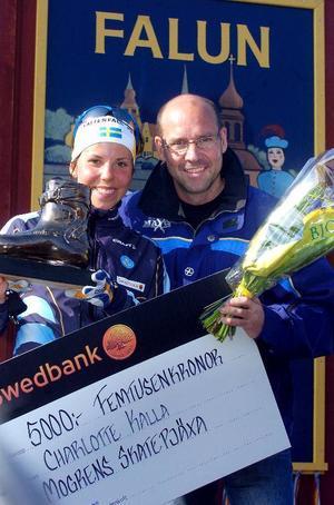 """Prisad. Efter en synnerligen framgångsrik säsong blev Charlotte Kalla belönad med priset, """"Mogrens skejtpjäxa"""" och fick ta emot priset av ingen mindre än Torgny Mogren själv."""