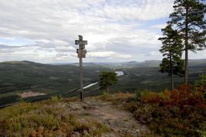 Österdalälven sedd från Väsabergets 480 meter höga topp. Berget ligger perfekt placerat mellan de blånande bergen och de djupa älvdalarna. Förr fanns det stollift till toppen, men numera får den som vill avnjuta utsikten vandra upp.