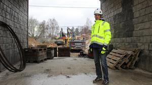 Karl-Erik Malm vid Skanska berättar att brobygget vid Kajvägen väntas återupptas i början av maj. Här fotograferad i höstas vid tunnelbygget vid Stensveden.