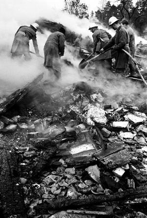 Förödelse efter lansenkraschen. Klockan var strax före tio. Det dånade över de vidsträckta skogarna och åkrarna. Det förarlösa lansenplanet styr strax därefter rakt in genom köksfönstret på framsidan av boningshuset . På ett ögonblick utplånas fyra personer i familjerna Andersson på Vikbo gård och tre grannkarlar.Fotodatum: 1960 10 28