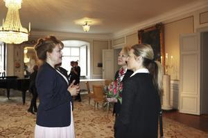 Landshövding Minoo Akhtarzand tog emot chefsåklagare Ingrid Isgren och vice åklagare Eva Morén från åklagarkammaren i Västerås som tillsammans med övriga inbjudna passade på att hälsa välkommen till Västmanland.