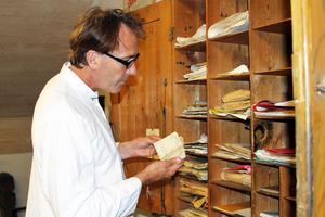 Hans Nyhlén är ordförande för Uttersbergs IK:s aktivitetskommitté. Han letar bland gamla dokument, tävlingsprogram och dansbiljetter i den hundraåriga klubbens historia.
