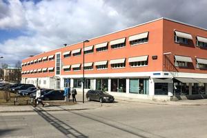 Här på taket på Norra Järnvägsgatan skulle man kunna bygga en till våning och skapa ett stödboende, menar fastighetsägaren Skifu.