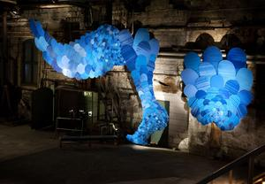 Carolina Falkholts gigantiska träskulptur klär en hel vägg.