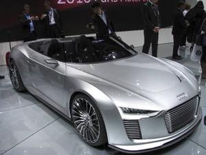 Audi E-tron Spyder är ett koncept på en laddhybrid. Förutom de fräsiga linjerna så har den här bilen en intelligent elektronik som styr laddningen. Men först efter 2013 kan detta bli verklighet.