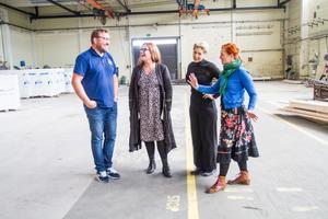 Upptakt för Ett bloss i Natten som ska spelas i Hiablokalerna i Hudiksvall. Pär Eriksson, Roph Invest, regissör Cecilia Olsson, scenograf Sophie Knapp, producent Ulrika Beijer.