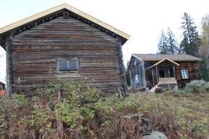 Både fäbodstuga och stöss/källarbod har fått sina tak renoverade. På stösset/källarboden ligger det nu ny pannplåt eller kulturplåt. Taket är cirka 20 meter långt.