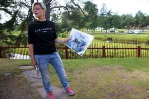 Konstpedagog Fia Bladh  berättar om de stora träden utmed Hemulån.