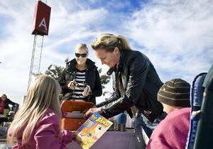 Rosie Orr passade på att fynda vid Eira och Emil Boströms bord på loppisen vid Ikea på lördagen. Mamma Ulrika Karlsson-Arne tog betalt.