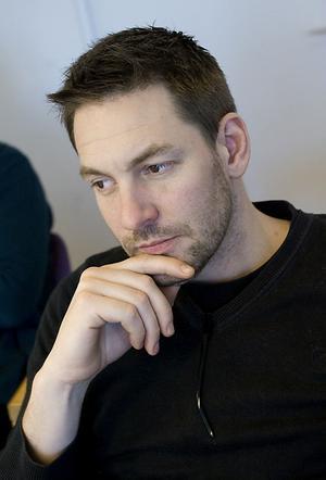 Daniel Pettersson vill lyfta fram Lars Ohlys arbete som partisekreterare, då Vänsterpartiet genomgick en stor förändring under Schymans ledning.