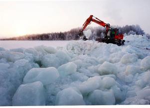 100 ton is har grävskopan tagit upp ur färjrännan för att färjan ska kunna gå normalt.