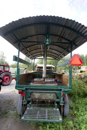 Vagnen som Valbo Veterantraktorklubb arbetat på. Spisen har tagits från en enaxlad militär kokvagn och monterats på vagnen. På bilden syns även Ove Berg.