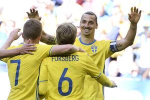 Sveriges Sebastian Larsson, Emil Forsberg och Zlatan Ibrahimovic jublar efter Forsbergs 1-0 mål under söndagens fotbollslandskamp mellan Sverige och Wales på Friends Arena i Stockholm.