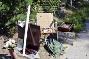 Gratisloppis. Många Pålsbodabor ordnade loppis i samband med tävlingen. I den här trädgården var allt gratis.