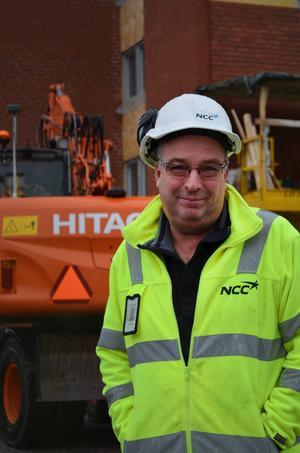Lars Byström leder styrkan på omkring 20 man som jobbar på bygget.