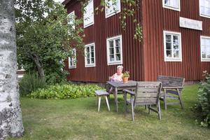 Elsa Knutsson tar varje chans till att handarbeta. Här skapas en virkad matta.