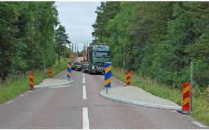 För att klara det nya farthindret i Åkersbodarna måste den tunga och långa trafiken över på fel sida av vägen. Ändå är det knappt att släpvagnen klarar passagen. Foto: Annki Hällberg/DT