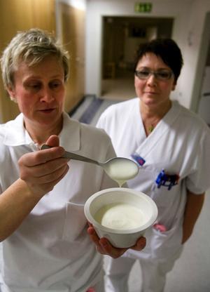 Den här filtallriken kostar 28 kronor att servera till en patient på sjukhuset.Vi begriper inte varför det är sådana överpriser, säger Anki Svanbäck och Lena Westerlund, undersköterskor på Kardiologen. Det är ju vansinne, ingen vettig människa skulle köpa filmjölk för 140 kronor litern, säger Anki Svanbäck.