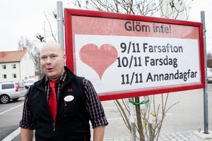 Johan Högdahl har svarat för roliga upptåg tidigare. För ett par år sedan blev den här affischen utanför butiken rikskänd. Foto: Carl Lindblad/arkiv
