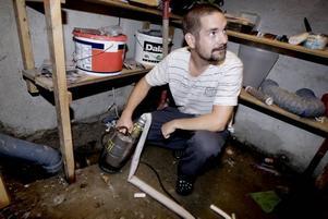 En av de pumpar som användes för att få bort vattnet från källaren hemma hos Torbjörn Garneryd i Forsby finns fortfarande kvar. Efter ovädret var golvet helt vattenfyllt, men i går låg nivån under golvet.